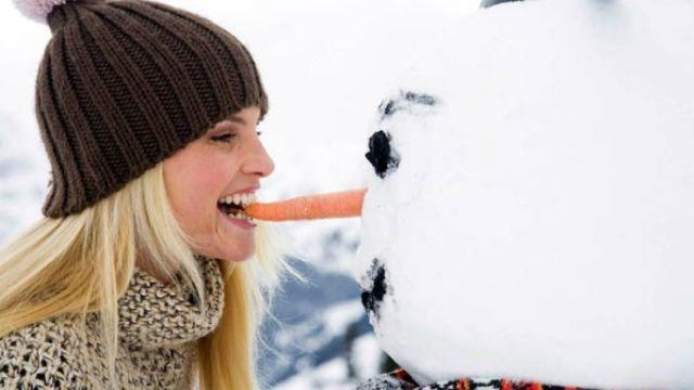 снеговик и девушка откусила нос снеговику