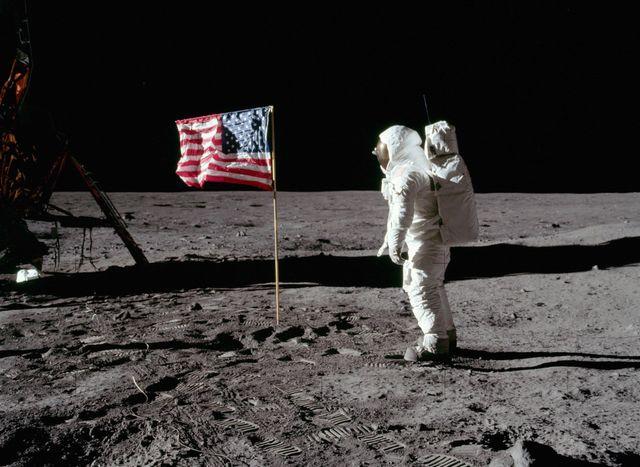 Людина на Місяці - фото 239428