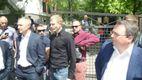 Вілкул під парасолею і облиті зеленкою молодики: фото та відео з інциденту у Дніпропетровську