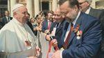 Російський комуніст почепив Папі Римському георгіївську стрічку