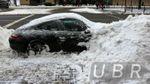 """Смело. Киевские коммунальщики """"похоронили"""" Porsche под снегом"""