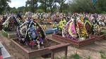 Українців закликають не використовувати пластикові квіти на цвинтарях