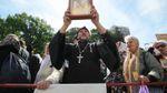 На мітингу Московського патріархату під Радою помітили священика з пачкою грошей
