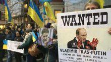 Знамениту пісню про Путіна заспівали біля російського посольства у Лондоні