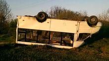 На Полтавщині маршрутка з пасажирами приземлилась на дах: фото аварії
