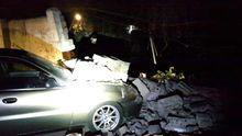 У Києві обвалилась стіна – під завалами опинилося авто