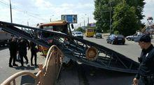 Маршрутка з пасажирами знесла гігантський рекламний щит у Луцьку