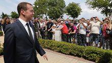 """Медведев """"успокоил"""" крымских пенсионеров: Денег нет, держитесь тут"""
