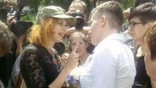 На Савченко под Радой набросилась агрессивная женщина: размахивала цепью и угрожала