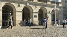 У Львовского горсовета собрались протестующие, вход в здание перекрыли турникетами