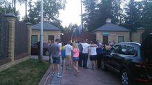 Автомайдан приїхав до будинку кума Путіна: з'явилися фото