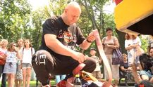 Силач встановить рекорд, щоб допомогти дітям