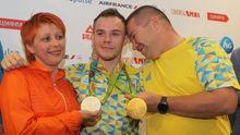 Олімпійського чемпіона Верняєва зустріли у Борисполі гімном України