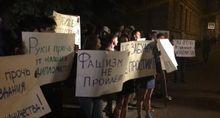 Российские радикалы с файерами забросали яйцами посольство Украины в Москве