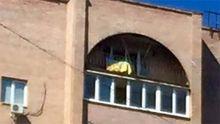 Украинский флаг вывесили на доме, где живет боевик Моторола