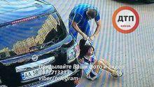 Невідомі викрали з автомобіля сімейну пару у Києві