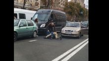 """Разъяренные водители устроили """"бои без правил"""" прямо на проезжей части"""