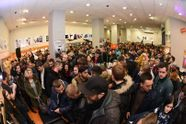 Тиснява та довжелезні черги: як українці з ночі готувались купити iPhone 7