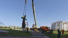 Як окупована влада Криму зносить українські та встановлює радянські пам'ятники