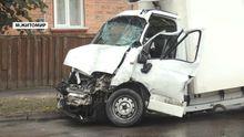 Смертельна ДТП у Житомирі: через вантажівку автобус мало не зніс житловий будинок