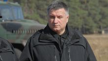 """Аваков побачив """"цікаві документи"""" серед знайдених коштовностей Азарова"""