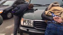 Бійці з корупцією та поліцейський погоріли на хабарі в Одесі