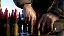 Журналисты сняли, как украинцы отражают тяжелые обстрелы боевиков