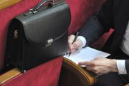 Нагодувати депутата: чому народні обранці прагнуть більших зарплат