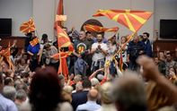 Парламент Македонии захватили протестующие