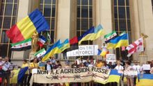 В Париже с сине-желтыми флагами протестовали против визита Путина: опубликованы фото