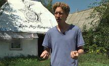 Американець власноруч збудував традиційну хату-мазанку в Україні