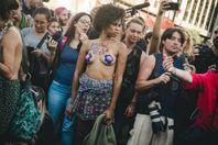Против цензуры: сотни женщин обнажили грудь на улицах Аргентины