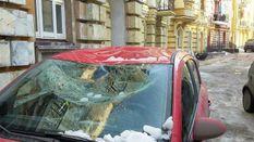 Снежные глыбы растрощили несколько автомобилей в Киеве: появились фото