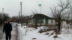 """Фото дня. Люди із """"сірої зони"""" Луганщини зворушили патріотичним жестом"""