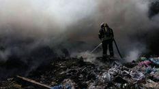 Под Киевом загорелась свалка: спасатели не могут потушить пламя