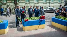 Взрыв в Манчестере: украинские министры принесли цветы к посольству Великобритании
