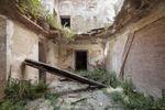 Опубликовали захватывающие фото из заброшенных дворцов богачей