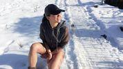 Украинская певица показала голые ноги на снегу