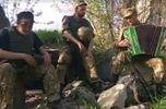 Бойцы АТО спели о Путине и о пьянстве на войне