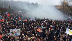 Росія повстає. У Петербурзі протестують 10 тисяч людей, в хід пішли димові шашки