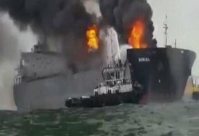 В Мексике горело судно, перевозившее топливо и бензин