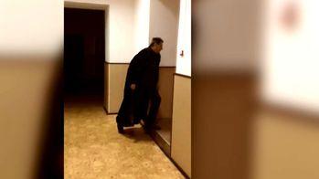 Судья пришел на заседание в норковой мантии: появилось видео