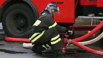 Чоловік зі зброєю забаракидувався в палаючому готелі і погрожував пожежникам