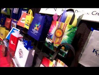 Как заработать миллион на пакетах с принтами и сумочках-хамелеонах