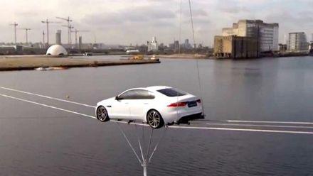 Новый Jaguar XF пролетел над Темзой