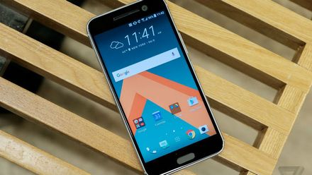 """Новий флагман від HTC та """"розумні"""" меблі, якими можна керувати через смартфон"""