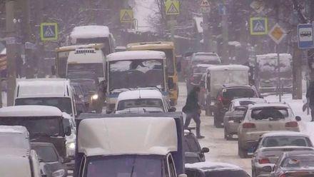 Оккупационная власть во время мощного снегопада в Крыму укладывала асфальт и брусчатку