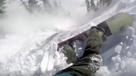 Сноубордист снял на камеру, как его накрыла лавина: экстремальное видео