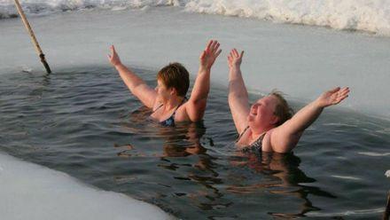 Кілька  небезпечних наслідків від стрибання у крижану воду на Водохреще