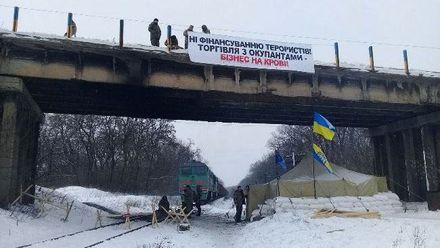 Участники блокады Донбасса встретились с местными жителями